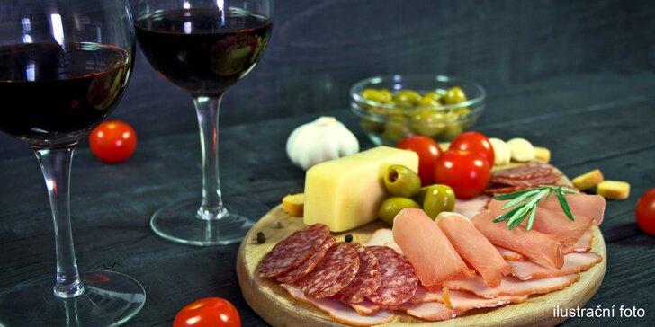 Džbánek kvalitního vína a talíř dobrot ve vinném baru Slámovka