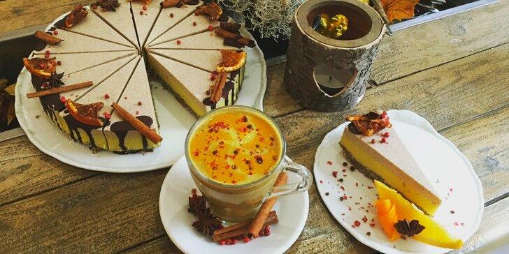 Skořicový dort a šálek teplého nealko likéru v oblíbené kavárně Secret of raw
