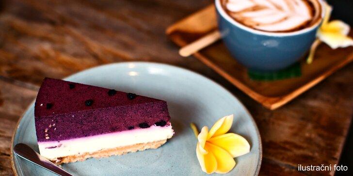 Výběrová káva nebo jiný horký nápoj a sladký dezert v útulné kavárně