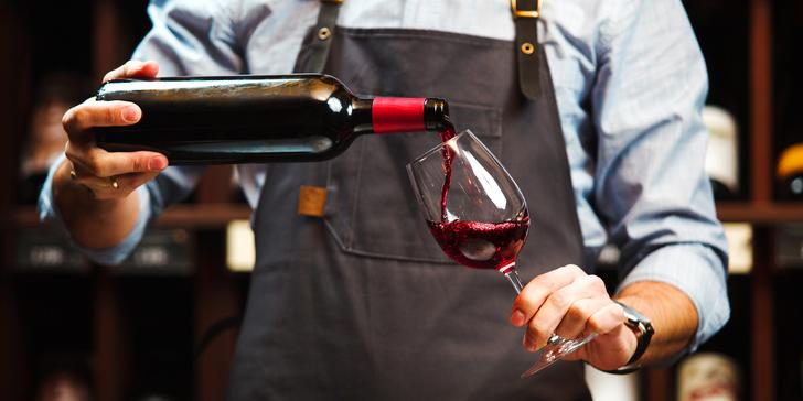 Láhev prvotřídního vína a talířek dobrot ve WineShopu