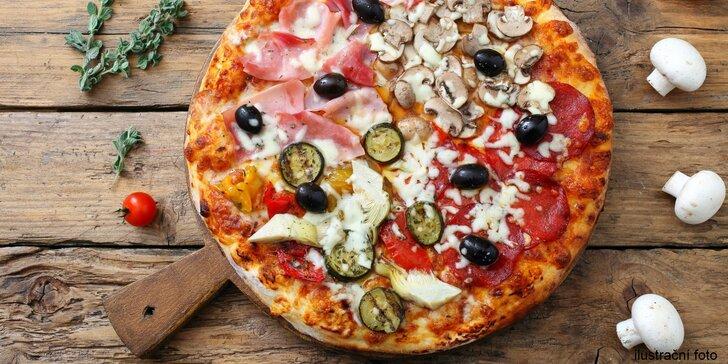 Jumbo pizza s průměrem 50 cm složená ze 4 druhů: salámy, sýry i slanina