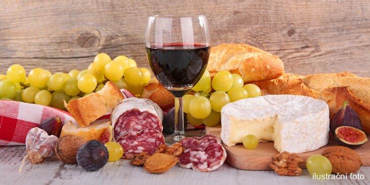 Lahev zemského vína, sýry, uzeniny, olivy a pomazánka
