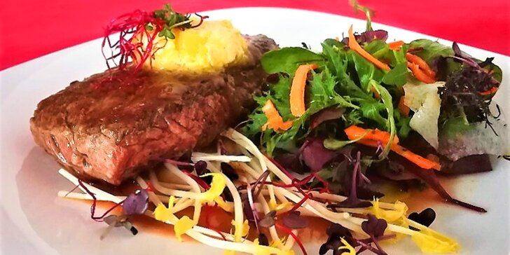 Jde se na maso: panenka s omáčkou z růžového pepře nebo hovězí rump steak
