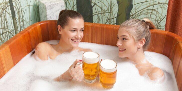 Relax pro dva: pivní koupel v dřevěné kádi, popíjení piva, masáž i zábal na ruce