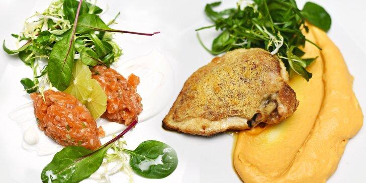 4chodové menu: losový tatarák, hráškový krém, kuřecí supreme a ovocný pohár