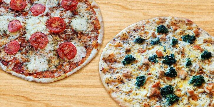 Dvě pizzy čerstvě vytažené z pece na dřevo: 12 druhů s průměrem 35 cm