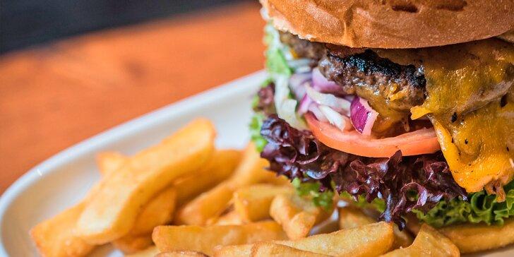 Burger s českým hovězím a steakové hranolky v restauraci blízko přehrady