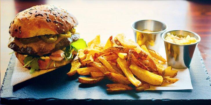 Nacpěte se k prasknutí: hovězí nebo vegetariánský burger, hranolky a coleslaw