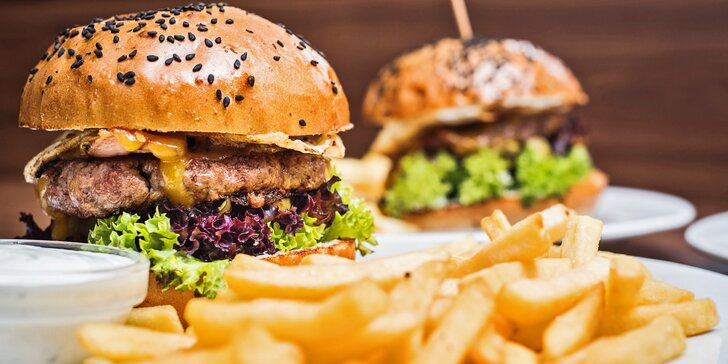 Dva hovězí burgery, hranolky a cibulové kroužky v pivním těstíčku