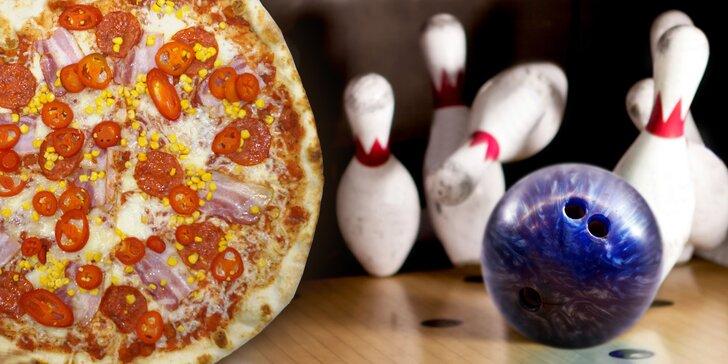 Vykutálená zábava až pro 8 kamarádů: hodina bowlingu a velká pizza
