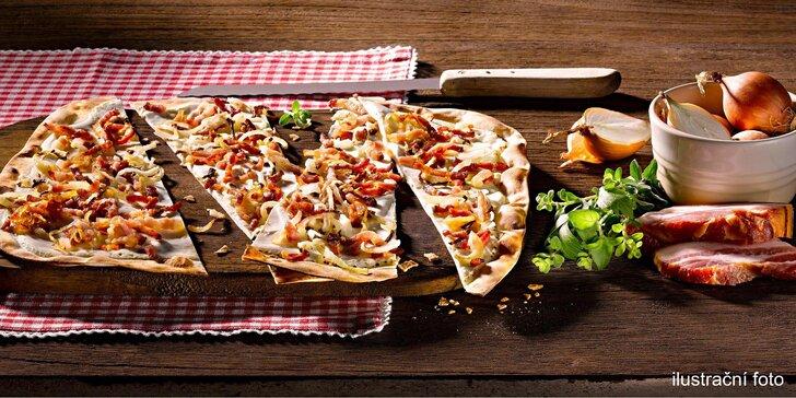 Alsaská specialita Flammkuchen: slaný koláč i se salátem a nápojem