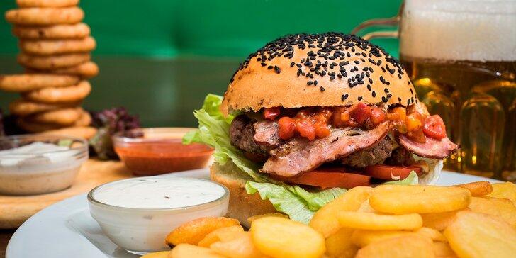 Burger menu s domácím bulkou, hranolky i cibulovými kroužky
