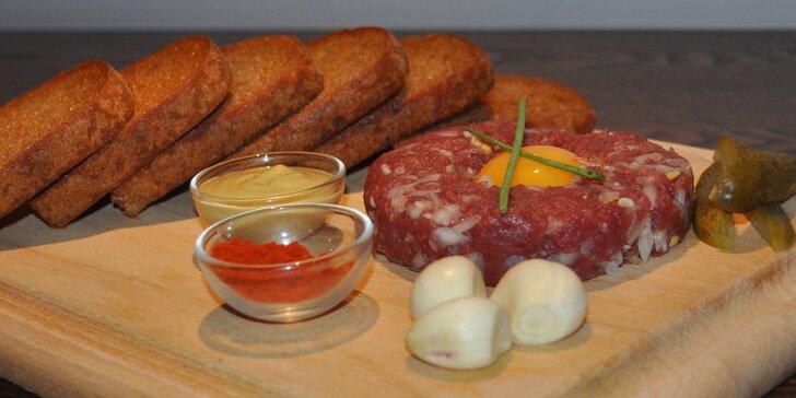Tatarák z hovězí svíčkové: 150 nebo 300 gramů pochoutky s křupavými topinkami