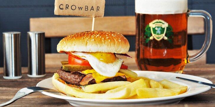 Nabušený maxi burger s extra náplní a steakovými hranolky v sympatickém bistru