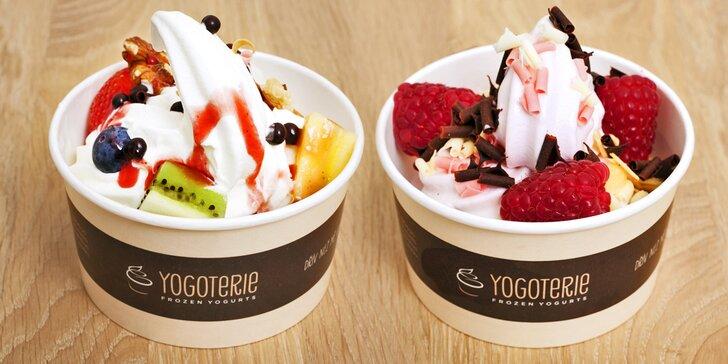Frozen yogurt chutná i v zimě: 200g porce s ovocem a posypy podle fantazie