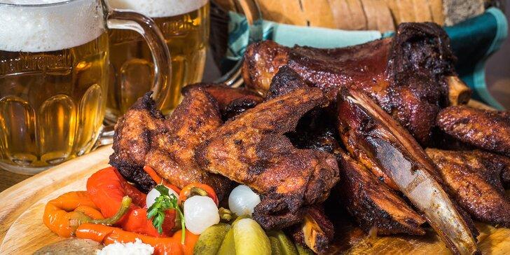Dvě kila pečeného masa pro partu: Bohatá hostina se samovýčepem na stole