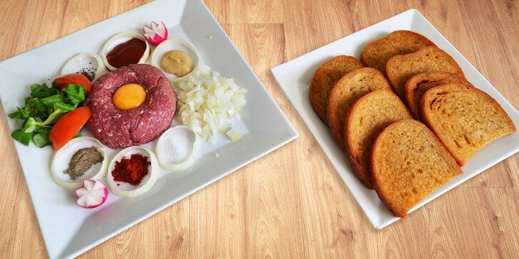 Někdo to rád na syrovo: hovězí tatarák s křupavými topinkami pro 2 i více jedlíků