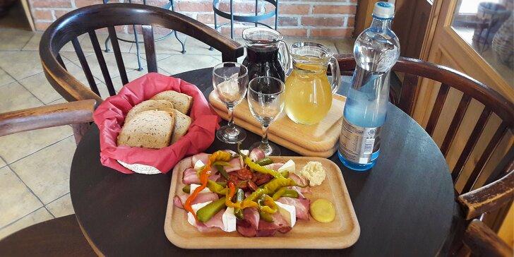 Litr sudového vína a moravské prkénko plné dobrot ve vinárně Decinka
