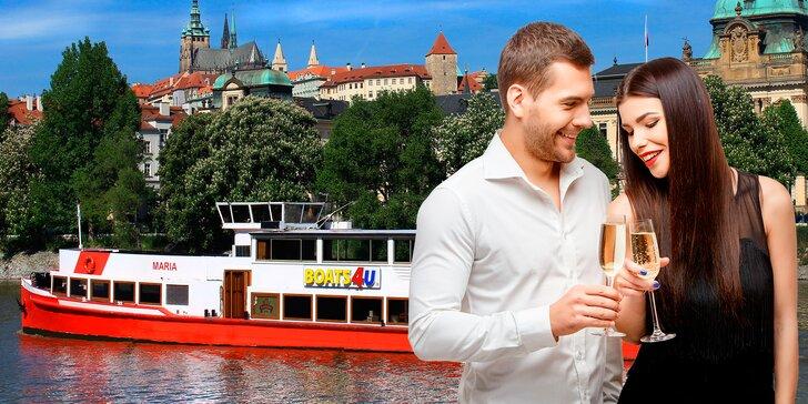 Valentýnská plavba po Vltavě: romantika s rautem, přípitkem a hudbou
