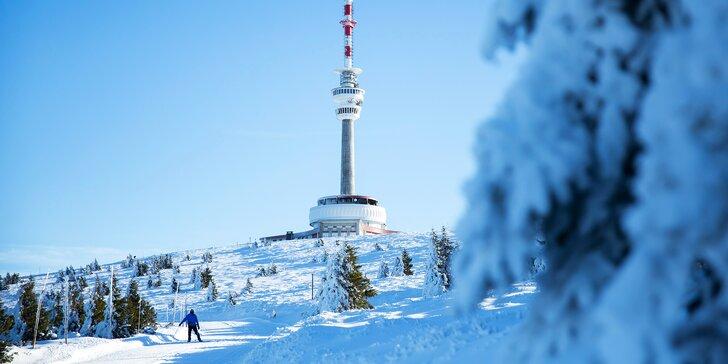 Ubytujte se přímo ve ski areálu: Jeseníky se skipasem, polopenzí a wellness