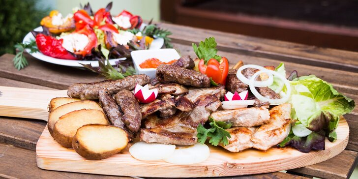 Balkánský mix grill: uštipci, čevapčiči a další dobroty s bramborami a salátem
