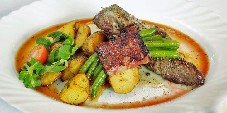 Propečený rump steak s lusky balenými v slanině a brambor provoněný tymiánem