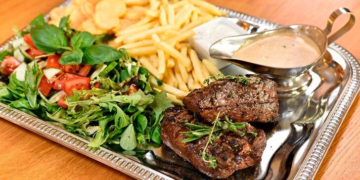 Dva rump steaky s pepřovou omáčkou a přílohou u Staroměstského nám.