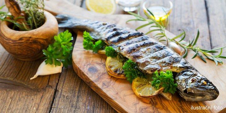 Pochutnejte si na grilovaném pstruhu s bramborem a zeleninovým salátem