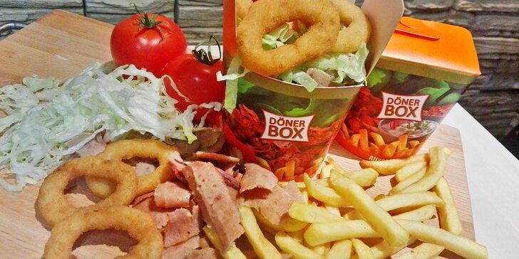 Turecké menu: napěchovaný kebab box s cibulovými kroužky a nápojem