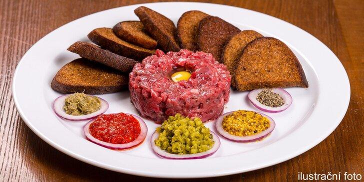 Půlkilový hovězí tatarák pro 2–3 osoby a k němu porce topinek