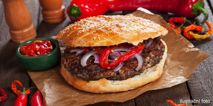 Pljeskavica, čevabčiči, kuřecí prso a další srbské speciality v chlebu s přílohou