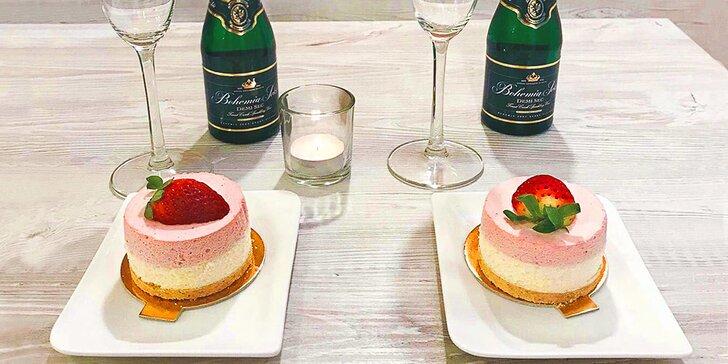 Romantické posezení v kavárně pro 2: lahvinka sektu a jahodový cake