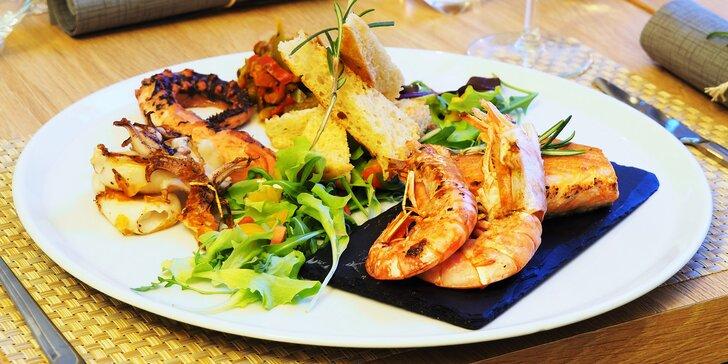 Talíře plné ryb a mořských plodů pro 2 osoby: chobotnice, krevety i kalamáry