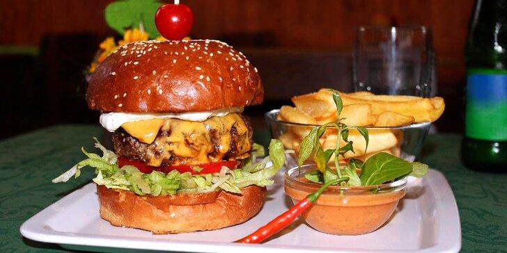 Poškmákněte si u Slapské přehrady: Naditý domácí burger s hranolky pro dva