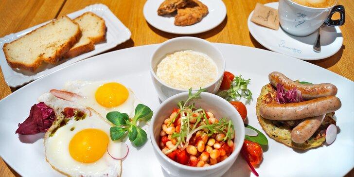 Snídaně pro válečníka: vajíčka, klobásky, fazole, pečené rajče, porridge, nápoj