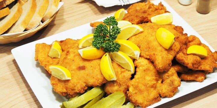Hostina U Kormidla: 1,5 kg vepřových a kuřecích řízků s pirátskými brambory