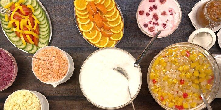 """Bufetová snídaně """"all you can eat"""" pro 1 osobu: domácí koláče i míchaná vajíčka"""