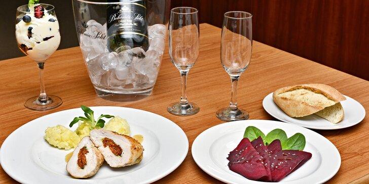 Tříchodové menu: kuřecí prsa se sušenými rajčaty, borůvkový trifle a láhev sektu