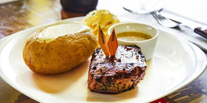 Nabité steakové menu s předkrmem a lahví vína pro dva přímo v centru města
