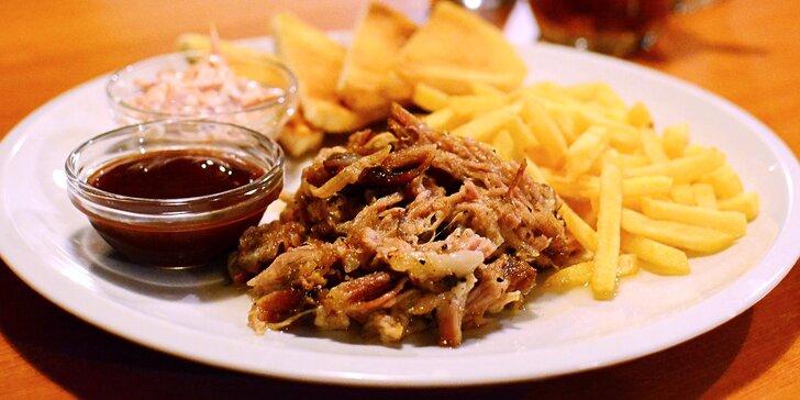 Vepřové dobroty: trhané maso nebo žebírka s hranolky a salátem coleslaw
