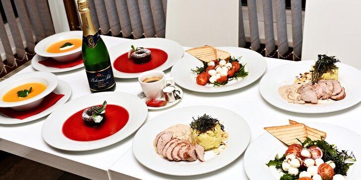 Romantické menu: pečená panenka na liškovém ragú, čok. fondán i láhev sektu