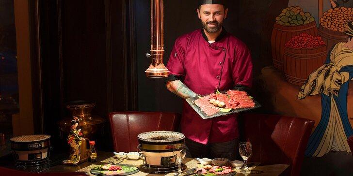 Japonské menu Yakiniku připravené přímo na stole: maso, dary moře i sushi