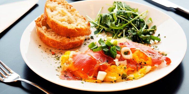 Posnídejte u jezera: míchaná vejce na másle s prosciuttem včetně nápoje