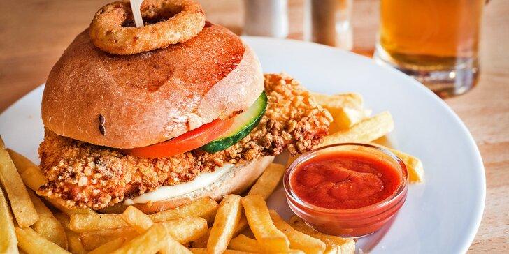 Křupavá dobrota na chuť i hlad: Crispy chicken burger v domácí bulce s hranolky