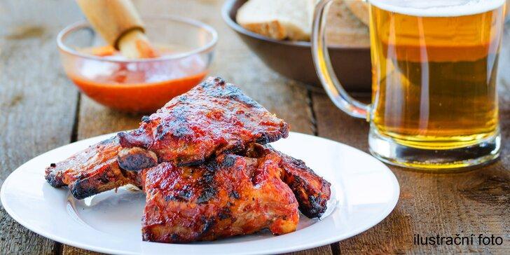 Nejlepší maso je u kosti: 500 g grilovaných žeber s pečivem