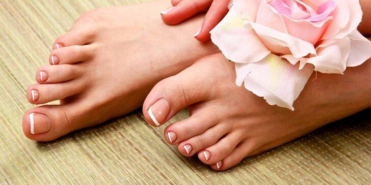 Nohy krásné připravené na jaro: profesionální pedikúra včetně lakování