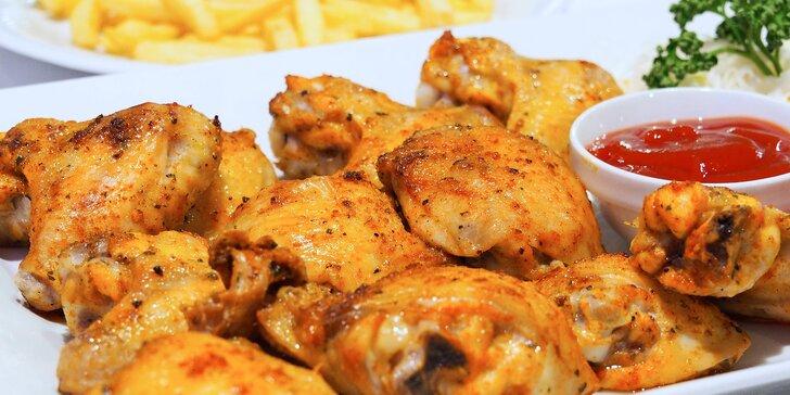 Pořádná nálož jídla: 1 kg kuřecích křídel s přílohou a omáčkou U Kormidla
