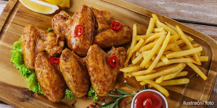 Nálož marinovaných kuřecích křídel s přílohou a omáčkami pro dva