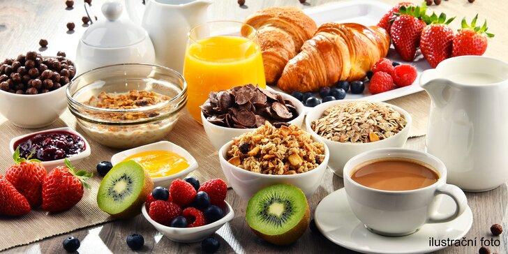 All you can eat: Bufetová snídaně s párky, vejci, pečivem, zeleninou, sýry atd.