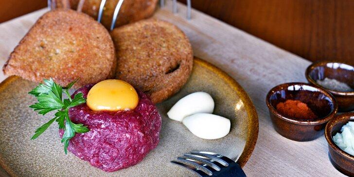 Výborný tatarský biftek z hovězího masa a neomezený přísun topinek